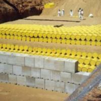 Fusti contenenti materiale radioattivo pronti per essere sotterrati